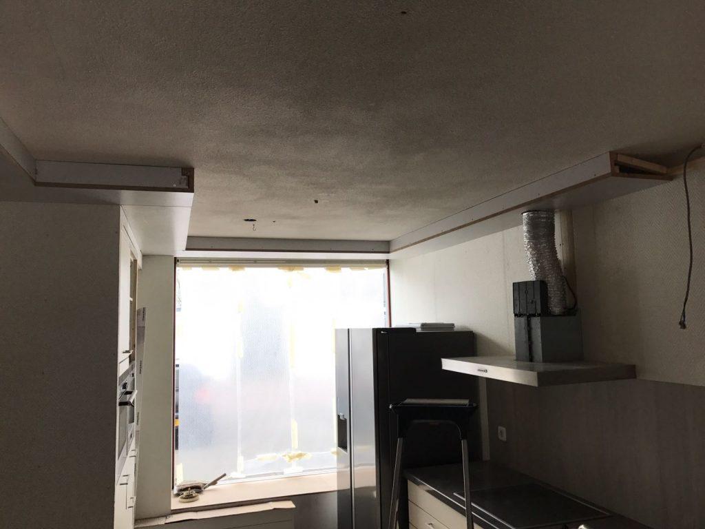 Spanplafond in woonkamer keuken met rondom een koof spanplafond totaal - Welke kleur in een keuken ...
