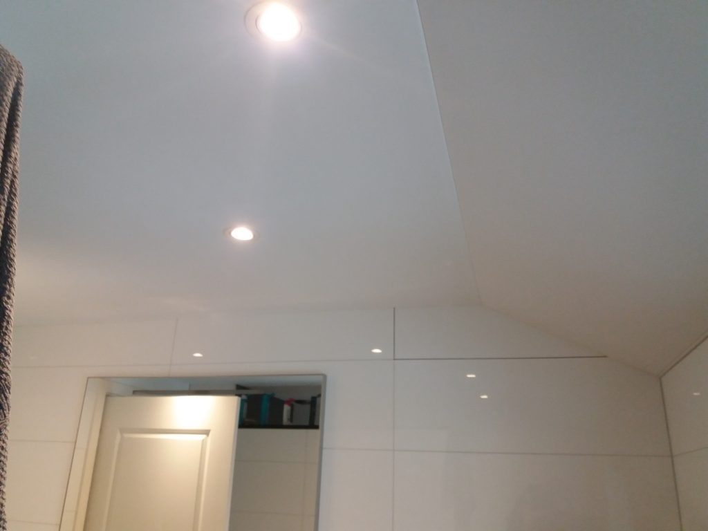 Of een spanplafond ook in een badkamer met schuine zijde kan ...