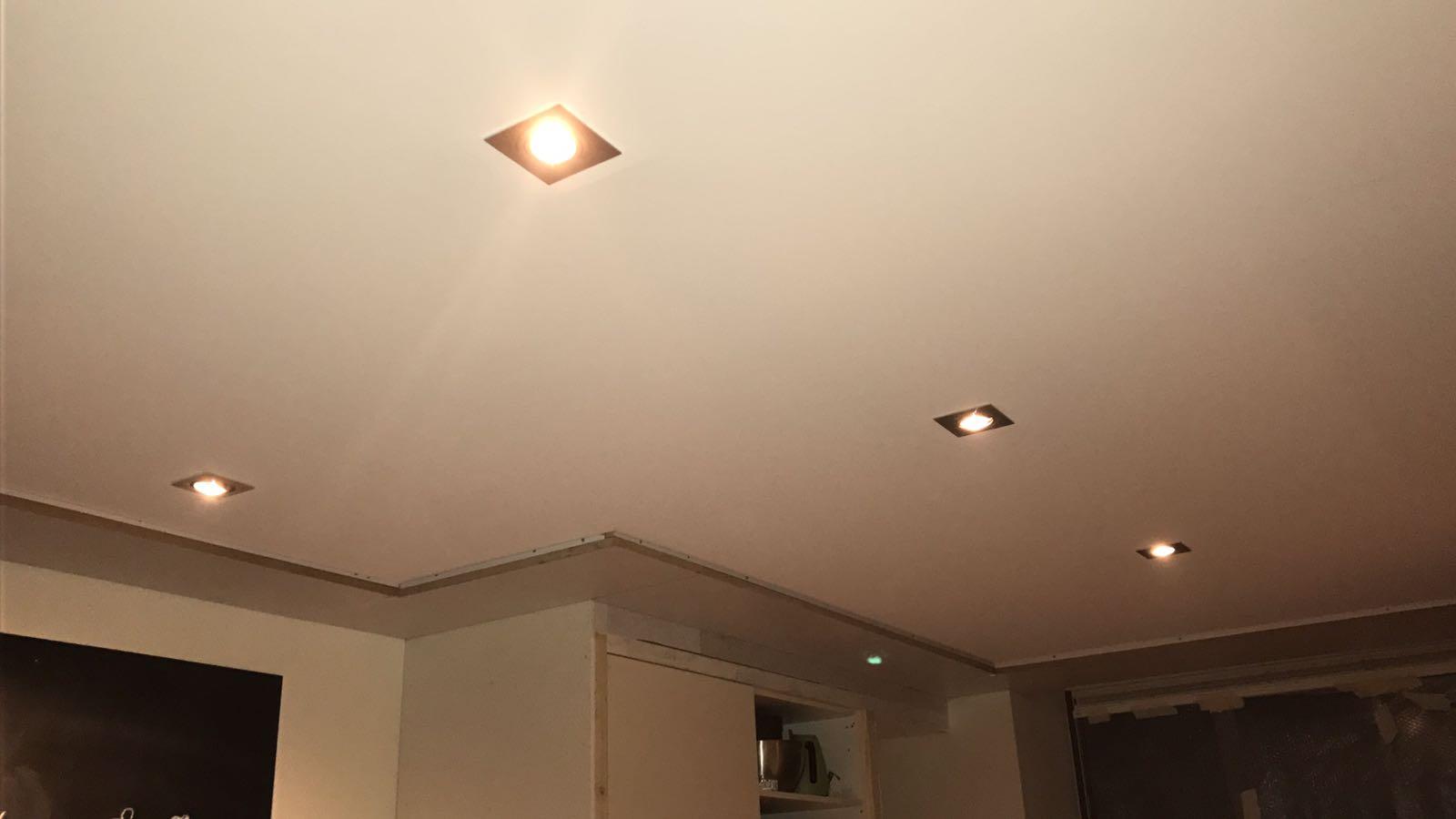 Spanplafond in woonkamer / keuken met rondom een koof