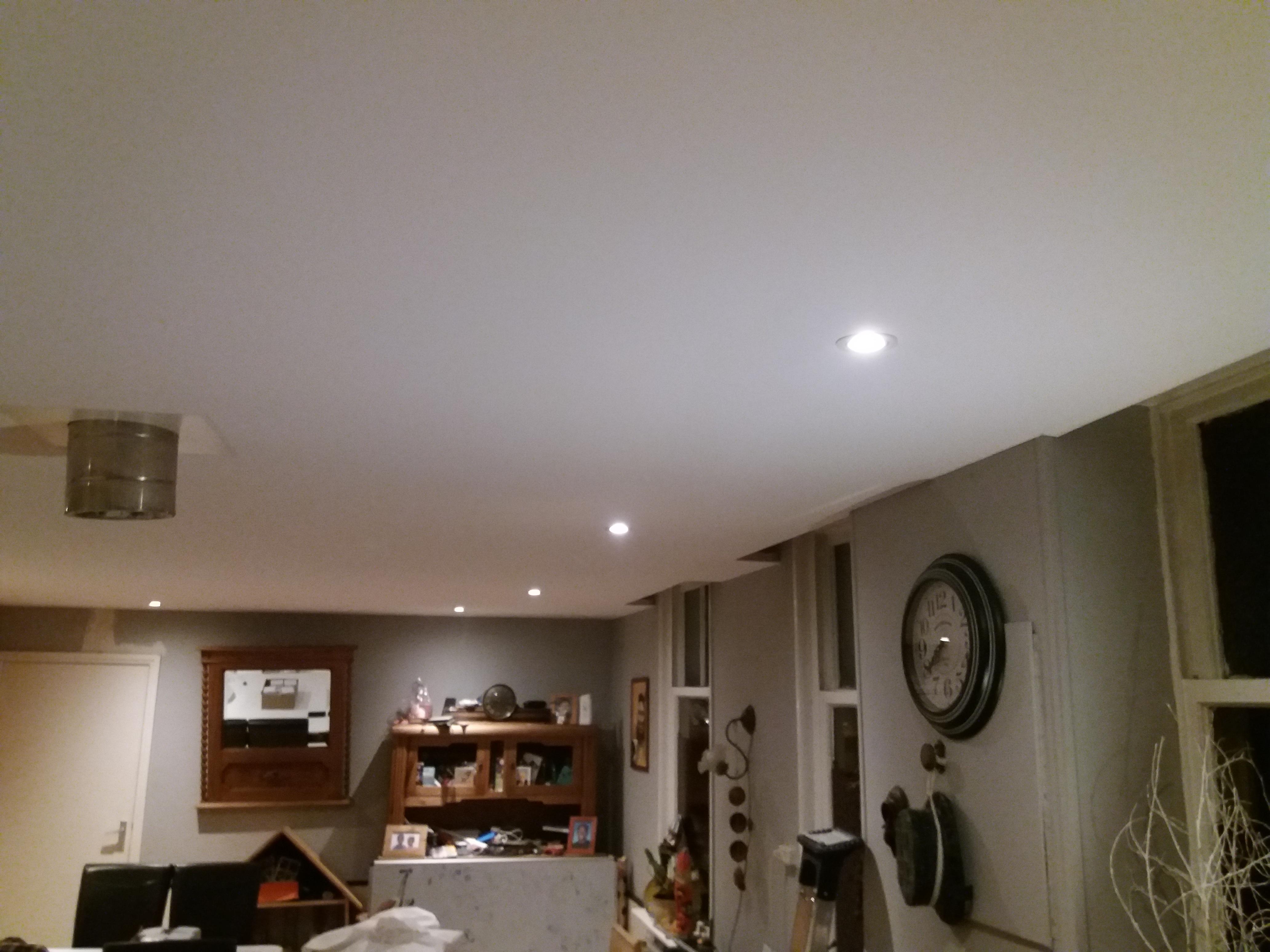 Woonkamer voorzien van een prachtig spanplafond