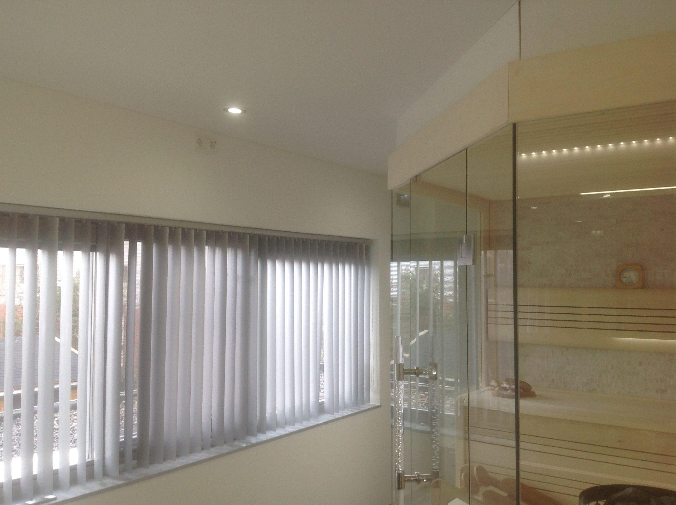 Luxe badkamer voorzien van een spanplafond en hue verlichting